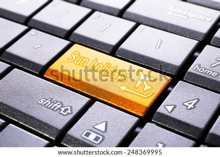 Sun holidays button on the computer keyboard - stock photo
