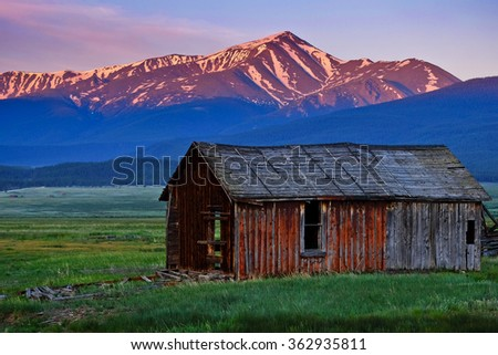 Sunrise Over Colorado's Tallest Peak and Old Barn. Mt Elbert, Colorado, USA. - stock photo