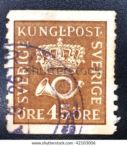 SWEDEN - CIRCA 1926: A stamp printed in Sweden shows image of a crown and a horn, series, circa 1926