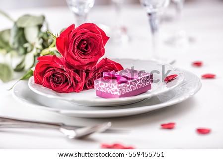 lập bảng cho Ngày Valentine hoặc đám cưới với hoa hồng đỏ.  thiết lập cho hai với hoa hồng tấm và ly dao kéo bảng lãng mạn.