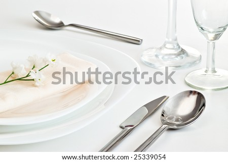 table setting with white little flower