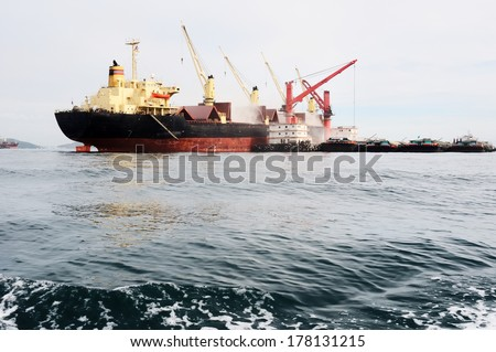 Tanker ship in seascape/Tanker ship i - stock photo