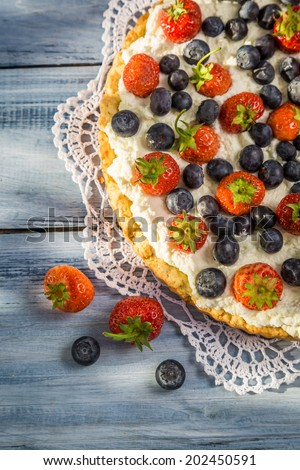 Tart with fruit and cream