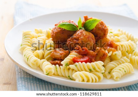 tasty looking spaghetti bolognese, focus on meatballs
