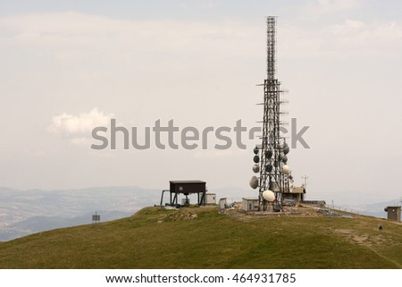 Telecommunications tower transmitter situated in the mountains