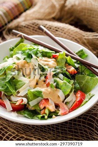 Thai salad with rice noodles, spinach, red bell pepper and peanut dressing