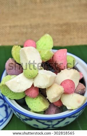 Thai Shortbread Cookies (Khanom Kleeb Lamduan)