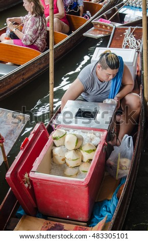THAILAND DAMNOEN SADUAK - Srptember 14,2016 : Damnoen Saduak Floating Market Featuring many small boats laden with colourful fruits, vegetables and Thai cuisine