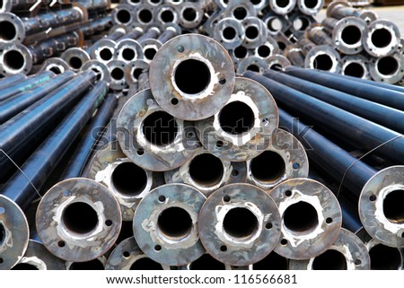 The arrangement of steel pipes in warehouse.
