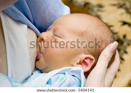 the breast feeding of newborn