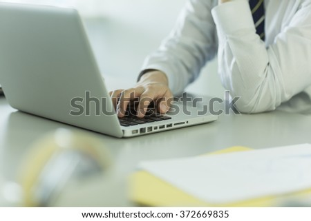 The businessman who operates a note PC