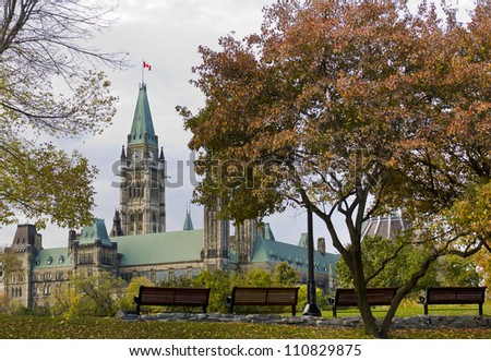 The canadian Parliament seen from park benches in Major's Hill park in Ottawa, Canada./Fall Peace Tower