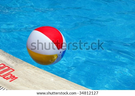 The children's inflatable ball floats in pool