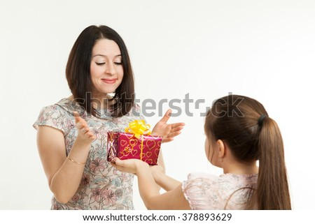 the daughter gives to mother a gift