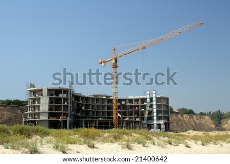 The elevating crane on building of a concrete construction