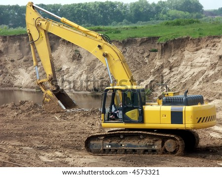 The excavator works in the sand-pit