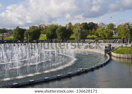 The fountain in the shape of circles in a pond in the park