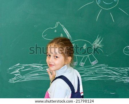 The girl draws chalk the horse