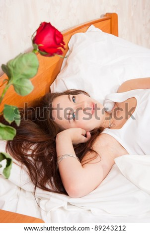 The girl saw a rose in the morning in bed