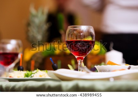 The glass of wine on the table in the restaurant