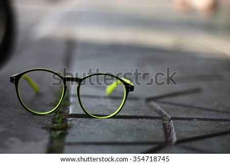 The glasses with The sidewalk and The weeds on The fissure.in-Thailand.