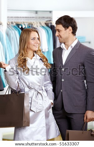 The guy with the girl do purchases in shop