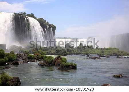 The Iguassu Falls is one of the largest masses of fresh water on the planet and divides, in South America, Brazil, Paraguay and Argentina.