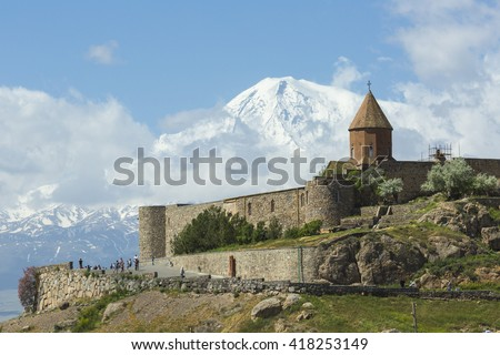 The Khor Virap is an Armenian monastery , located in the Ararat plain in Armenia, near the Turkey border .