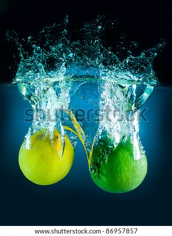 The lime and lemon on the dark background and water