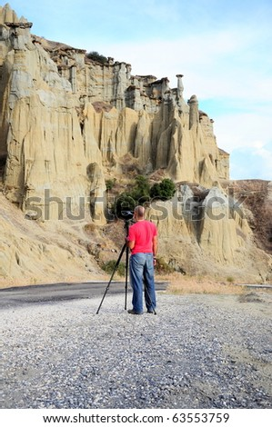 The photographer in front of a mountain is going to take photo