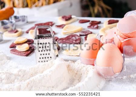 Quá trình làm bánh quy gừng tim vào Ngày Valentine.