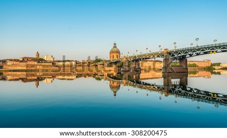 The Saint-Pierre bridge passes over the Garonne and it was completely rebuilt in 1987 in Toulouse, Haute-Garonne, Midi Pyrenees, southern France. - stock photo