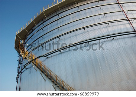 The storage tanks at an oil refinery complex/storage tanks