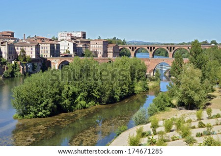 The Tarn river and stones at Albi in southern France, Midi Pyr�©n�©es region, Tarn department - stock photo
