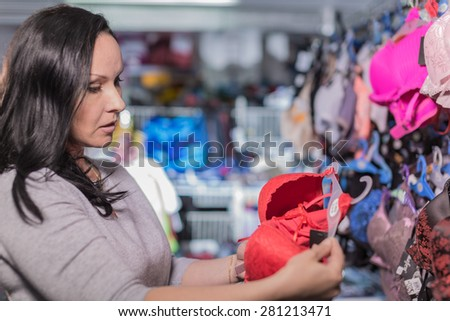 The woman in shop chooses purchase