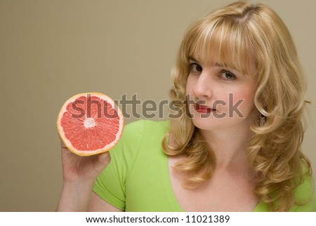 The woman with grapefruit in a hand