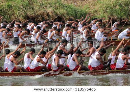 THIRUVALLA, INDIA - AUG 27 : Unidentified oarsmen row thier snake boat in the Neerettupuram boat race held in August 27, 2015 in Thiruvalla,Kerala, India
