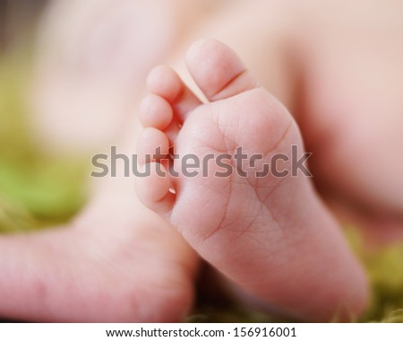 Tiny newborn baby feet and toes