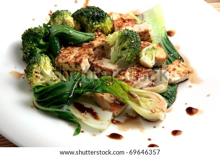 """tofu grilled with vegetables, """"bok choi"""", broccoli and soy sauce with sesame seeds. Vegetarian food - stock photo"""