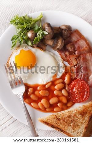 English breakfast: eggs, bacon, tomato, beans and mushrooms ...