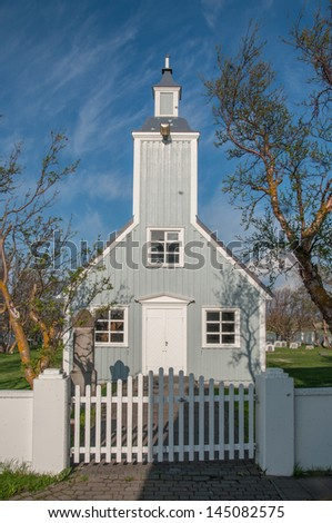 Traditional icelandic church (Sk�ºtusta�°akirkja) on clear sunny day