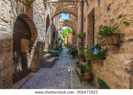 Transitions and abbreviations under the arches in the Italian medieval town