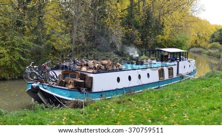 TROWBRIDGE, UK - OCT 22, 2015: A narrow boat sits moored on the Kennet and Avon Canal. The canal is popular is for its boating and cycle holidays, while some make the canal their home permanently.