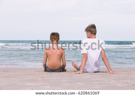 two brothers of a teenager playing on the ocean, the friendship of the two brothers