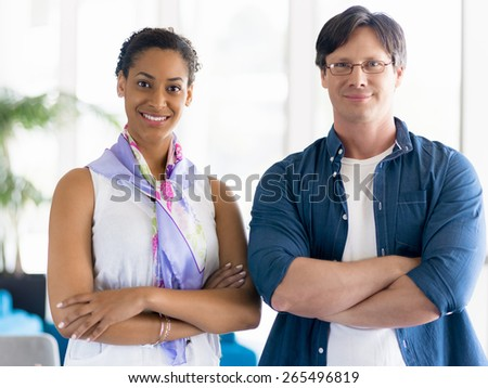 Two collegues standing next to each other in a office