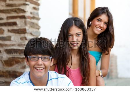 Фото один парень и две девушки