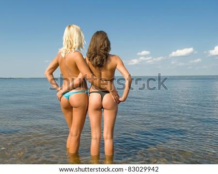 девушки в стрингах на пляже фото