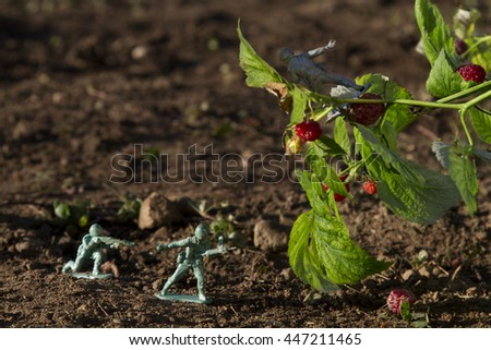 two green toy soldier fighting with a gray soldier for raspberry