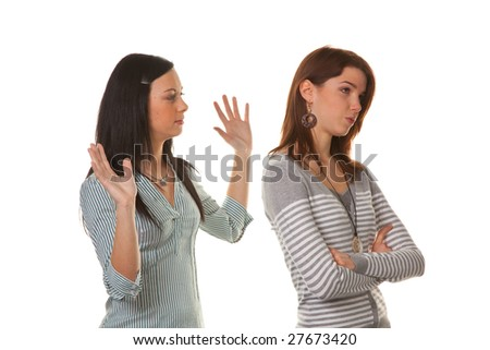 Two young women eingeschnappt and insults in a dispute