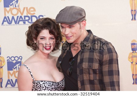 UNIVERSAL CITY, CA - MAY 31, 2009: Actors Ashley Greene and Kellan Lutz arrive at the 2009 MTV Movie Awards held at the Gibson Amphitheatre on May 31, 2009 in Universal City, California. - stock photo